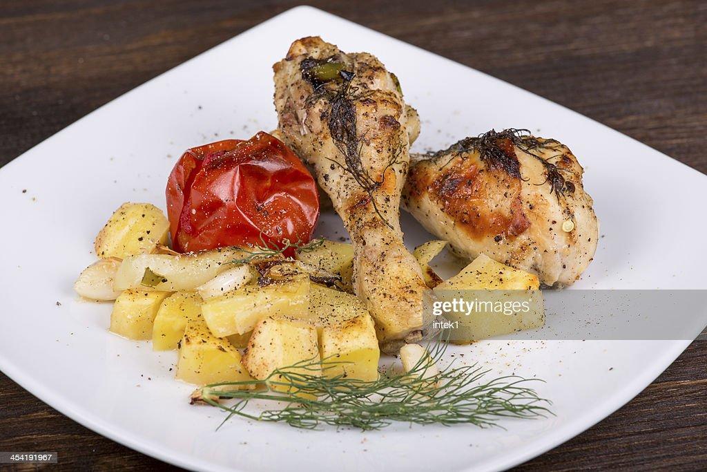 Piernas de pollo a la parrilla con verduras : Foto de stock