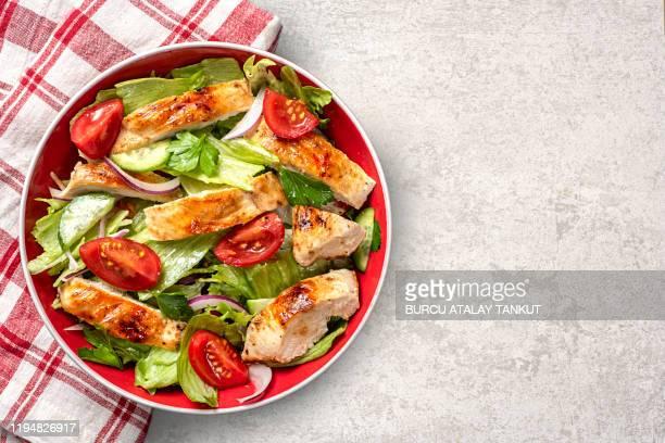 grilled chicken salad - poulet grillé photos et images de collection