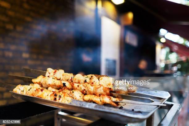 grilled chicken skewers against blurred background - borough market - fotografias e filmes do acervo