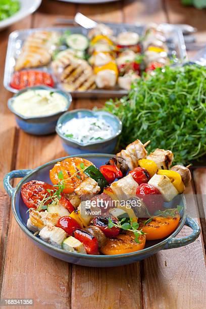 Des brochettes de poulet grillé