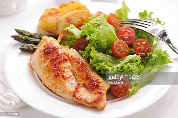 Carne de frango grelhado com Batata, Espargos e Salada