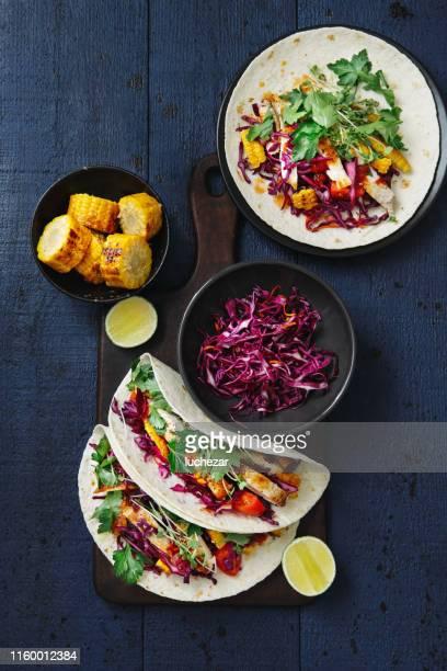 tacos au poulet grillé - aliment grillé au charbon de bois photos et images de collection