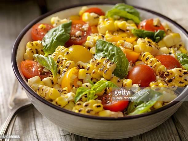 salade de maïs grillé avec tomates et basilic - aliment grillé au charbon de bois photos et images de collection