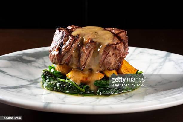 grilled fillet steak - gourmet eten stockfoto's en -beelden