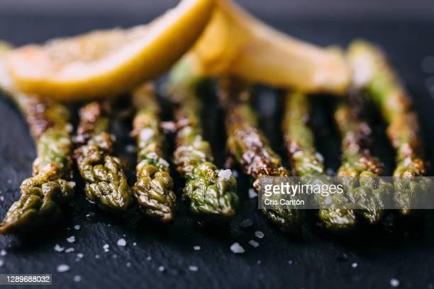 grilled green asparagus - cris cantón photography fotografías e imágenes de stock