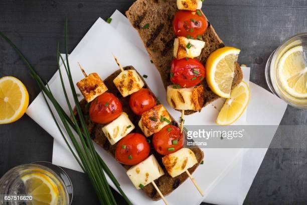 grilled haloumi skewer sandwich with tomato - bratspieß stock-fotos und bilder