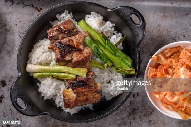 ご飯の上のマリネ カルビ焼きカルビ - キムチ ストックフォトと画像