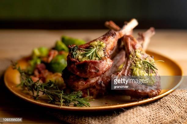 côtelettes d'agneau grillées nouvelle-zélande plaqués avec choux de bruxelles sautés - côtelette photos et images de collection