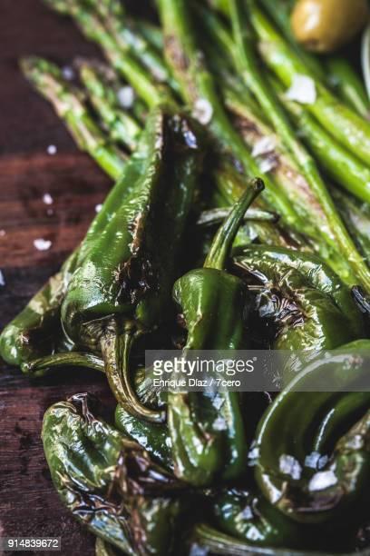 grilled padron peppers - cultura española fotografías e imágenes de stock