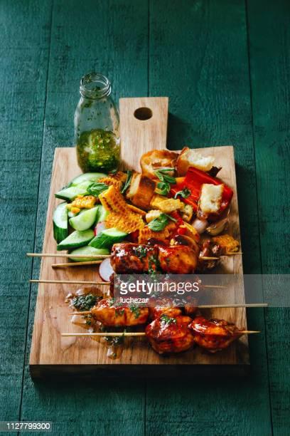 brochetas de cerdo a la plancha con verduras y salsa chimichurri - barbeque sauce fotografías e imágenes de stock