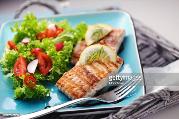 グリルしたサーモンステーキ、新鮮なサラダとバルサミコ酢のソース