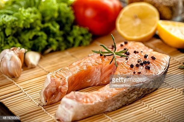 Salmón a la parrilla, bistecs y verduras frescas