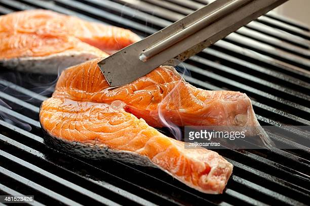 Bistecs de salmón a la parrilla en fuego