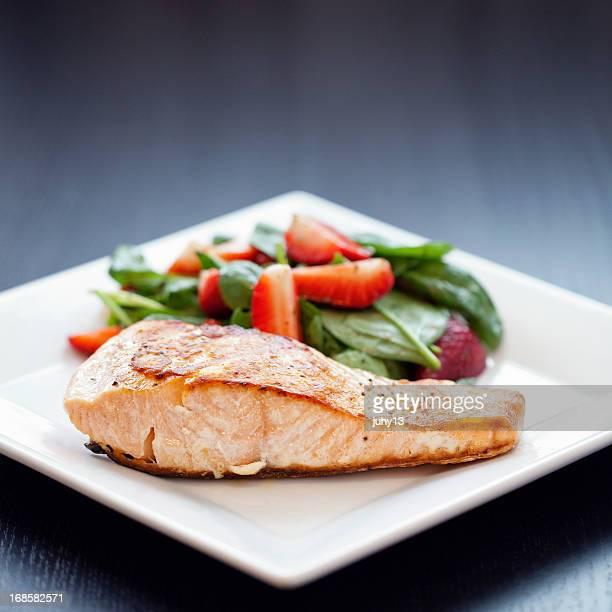 Gegrillter Lachs mit Erdbeer-Spinat-Salat