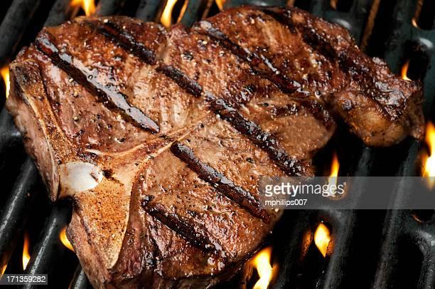 osso alla griglia - bistecca alla fiorentina foto e immagini stock