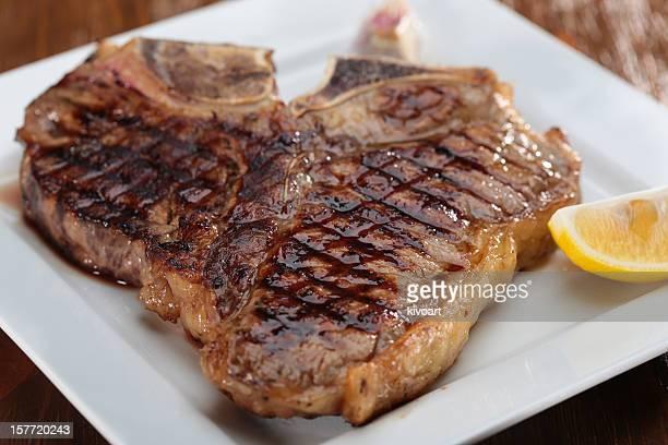la bistecca con l'osso alla griglia - bistecca alla fiorentina foto e immagini stock