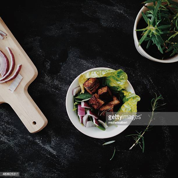 Grilled tofu with lettuce and onion