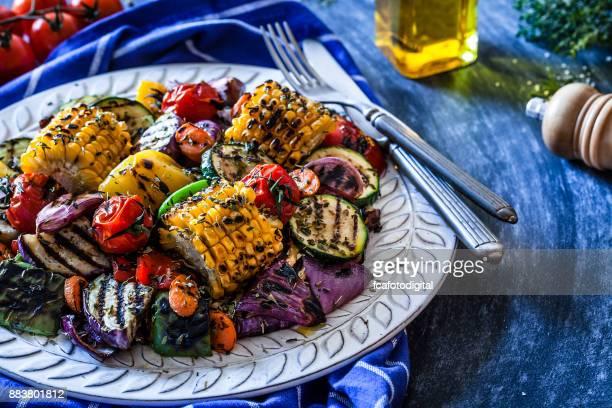 Placa de verduras a la plancha en la mesa de la cocina azulado
