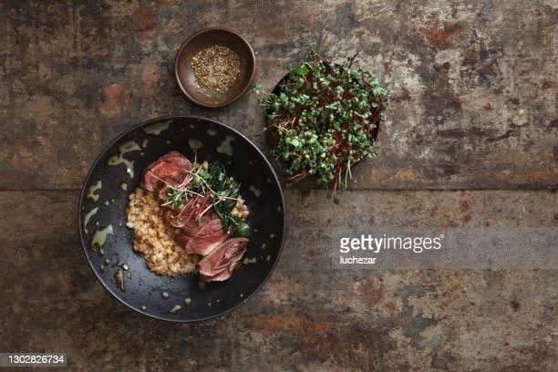 bistecca di cervo alla griglia con grano di farro - cultura danese foto e immagini stock