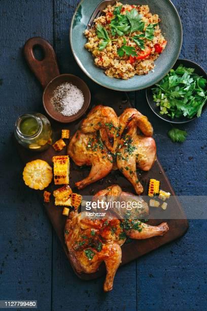 poulets entiers papillon grillées - aliment grillé au charbon de bois photos et images de collection