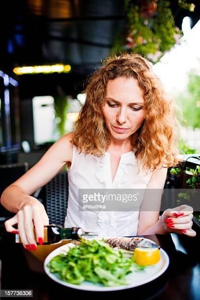 Gegrillte ganze Seebrasse mit Rucola-Salat und Zitrone