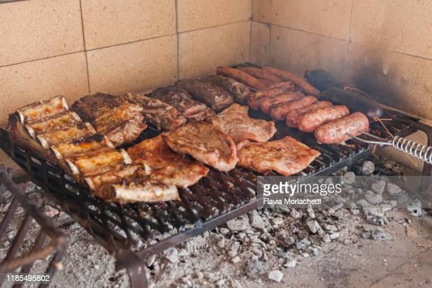 """grilling argentinian """"asado"""" - cultura argentina imagens e fotografias de stock"""