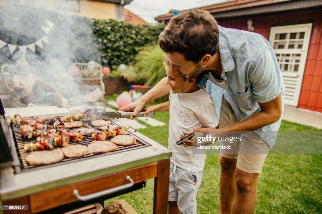 Het grillen van vlees met mijn vader : Stockfoto
