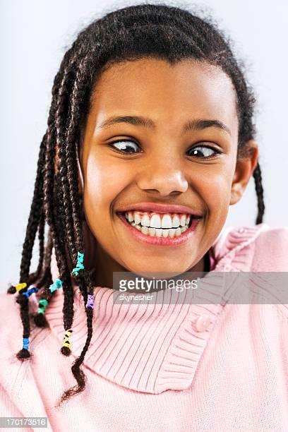顔をゆがめるアフリカ系アメリカ人の少女ます。