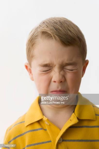 grimacing caucasian boy - un seul petit garçon photos et images de collection