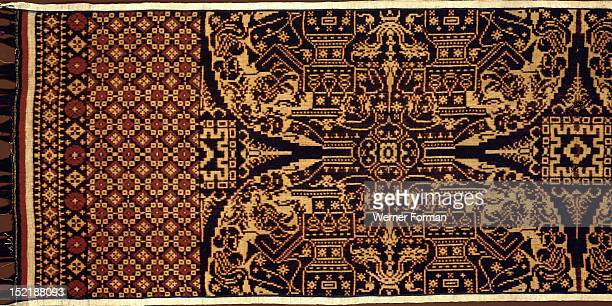 Gringsing, double ikat, The design shows in its offering scenes specific Balinese temple architecture in great detail. Offering vessels are clearly...