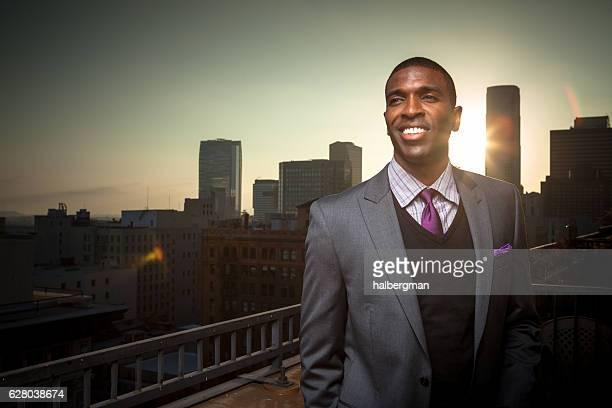 sorridente uomo d'affari afroamericano sul balcone - pochette bavero foto e immagini stock