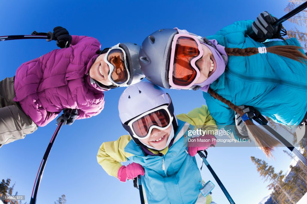 Grinning family skiing together : Foto de stock