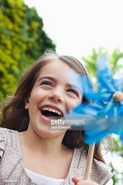 Grinsenden Mädchen mit Windrad