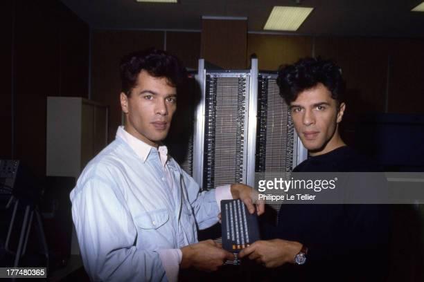Grishka and Igor Bogdanov present a PBB small computer 450 grams to the Ecole Polytechnique in 1985 Paris France Grichka et Igor Bogdanoff presentent...