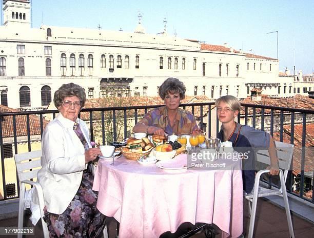 Grit Boettcher Mutter Margarethe Sohn Tristan Terasse Blick auf Campanille Piazza San Marco Urlaub Venedig Venetien Italien Frühstück Tisch Stuhl...