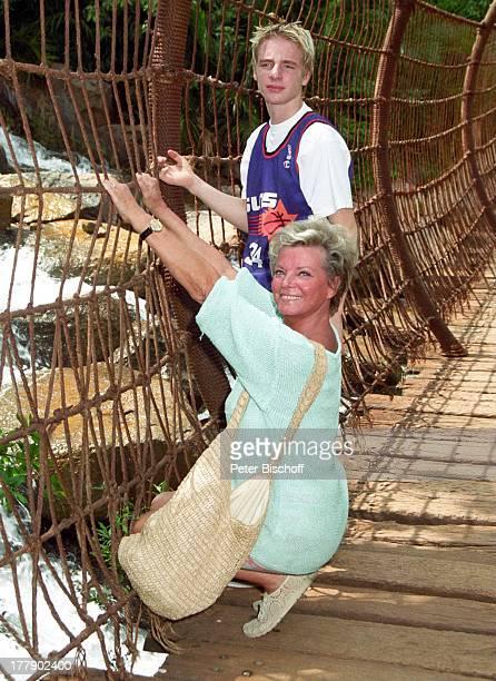 Grit Boettcher, Sohn Tristan, angelegter Dschungel, Sun City, Republik Südafrika, Vergnügung- und Freizeitkomplex, Hängebrücke, Schauspielerin,...
