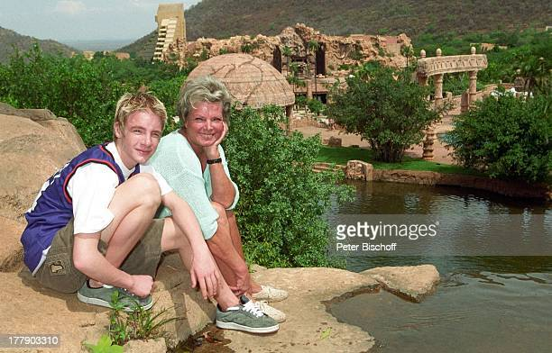 """Grit Boettcher, Sohn Tristan, Entertainment-Center, """"Palace""""-Hotel, Sun City, Republik Südafrika, Wasser, Gewässer, Fels-Vorsprung, Vergnügung- und..."""