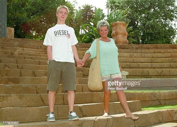 """Grit Boettcher, Sohn Tristan, Hotel """"Cascades"""", Sun City, Republik Südafrika, Vergnügung- und Freizeitkomplex, antik, Stufen, Treppe, Schauspielerin,..."""
