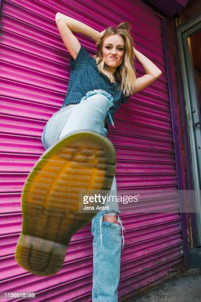 gritty woman with attitude, stomping foot, bottom of boot, girl power, grunge style - donner un coup de pied photos et images de collection