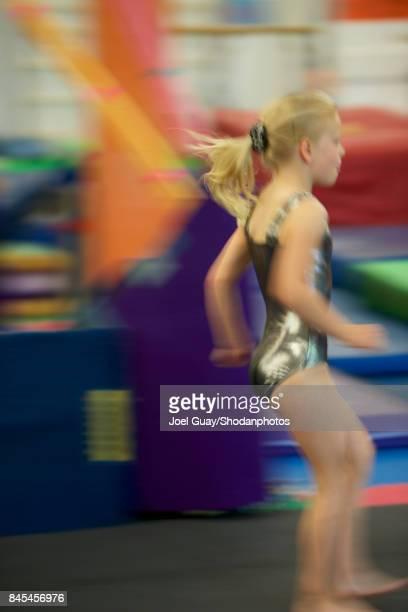 gritty women intense young gymnast running blur motion 2 - flouté photos et images de collection