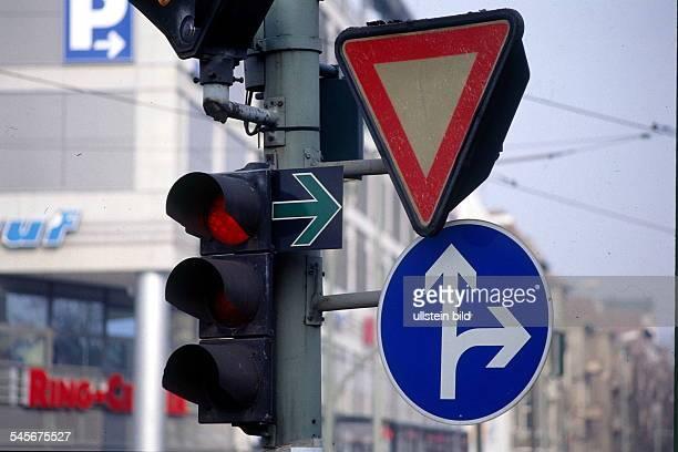 Grüner Pfeil und auf rotgeschaltete Ampel daneben ein `Vorfahrtachten' Schild und ein Gebotsschild dasdas Abbiegen erlaubt 1998
