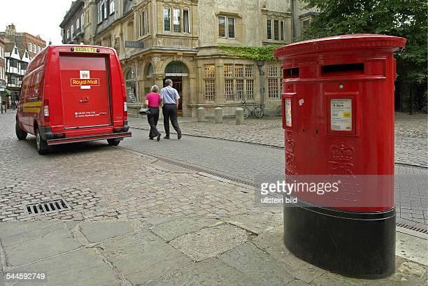 Alter roter Briefkasten und ein Auslieferungsfahrzeug des ehemals staatlichen britischen Postunternehmen Royal Mail