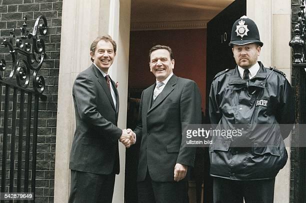 Großbritanniens Premierminister Tony Blair und Bundeskanzler Gerhard Schröder schütteln sich die Hände bei einem Besuch Schröders in London Rechts...
