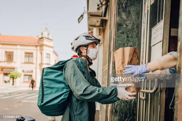 consegna generi alimentari durante la pandemia - montare foto e immagini stock