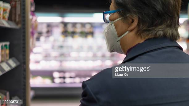 groceries during coronavirus - liyao xie stockfoto's en -beelden