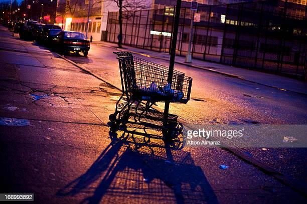 nyc grocery cart - east harlem - fotografias e filmes do acervo
