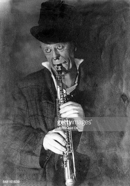 Grock *10011880 Clown composer and musician Switzerland portrait with clarinet 1930 Photographer James E Abbe Vintage property of ullstein bild