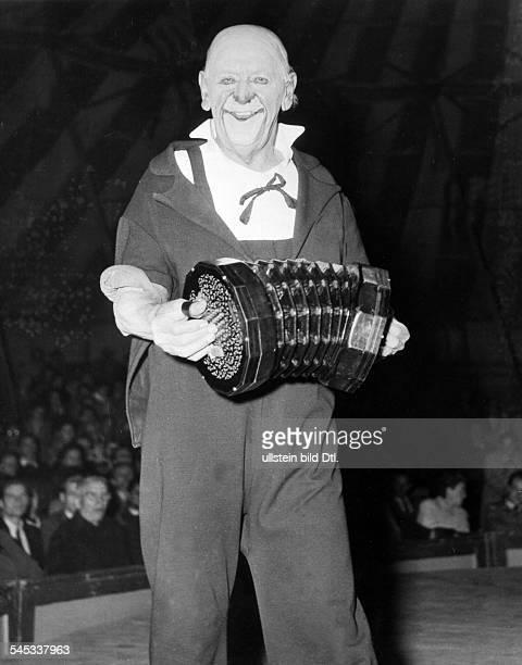 Grock *10011880Clown Komiker Pantomime Komponist Schweiz bei einem Auftritt mit Bandoneon 1954