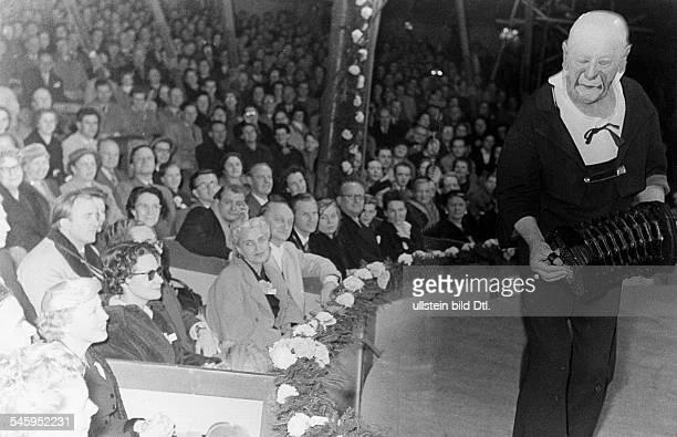 Grock *10011880Clown Komiker Pantomime Komponist Schweiz Abschiedsvorstellung in Hamburg vorne links in der Loge Anni Ondra als Zuschauerin 1955