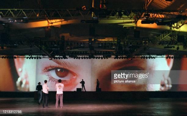 Große braune Augen scheinen jeden Besucher der CeBIT Home in Hannover zu fesseln der an ihnen vorbeigehen will Kein Wunder sie schauen vom größten...